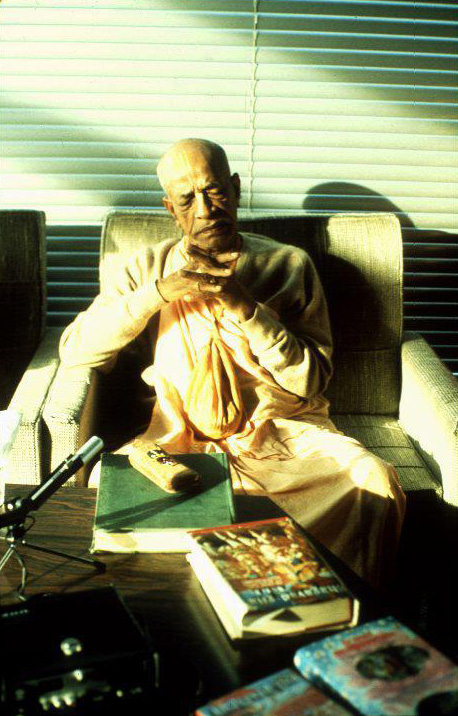 Prabhupada-with-his-books